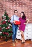Le jeune couple adulte de bonheur célèbre Noël à la maison Photo stock