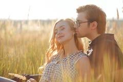 Le jeune couple affectueux attrayant date dans Images stock