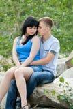 Le jeune couple affectueux embrasse Photos stock