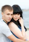 Le jeune couple affectueux embrasse Photographie stock