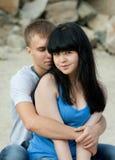 Le jeune couple affectueux embrasse photo stock