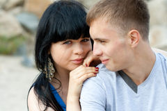 Le jeune couple affectueux embrasse Image stock