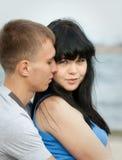 Le jeune couple affectueux embrasse Photographie stock libre de droits