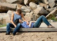 Le jeune couple affectueux embrasse images stock