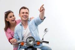 Le jeune couple affectueux gai conduit la motocyclette Photo libre de droits