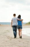 Le jeune couple affectueux marche en mer Photos libres de droits