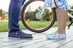 Le jeune couple affectueux marche en parc Photographie stock libre de droits