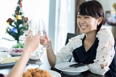 Le jeune couple asiatique appréciant une soirée romantique de dîner boit le wh Image stock