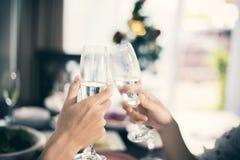 Le jeune couple asiatique appréciant une soirée romantique de dîner boit le wh Photo libre de droits