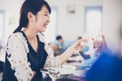 Le jeune couple asiatique appréciant une soirée romantique de dîner boit le wh Image libre de droits