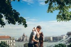 Le jeune couple attrayant heureux dans l'amour est presque embrassant et étreignant au fond de la vue magnifique de paysage Photographie stock