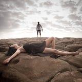 Le jeune couple attrayant partageant un moment dehors sur la plage bascule Images libres de droits
