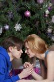 Le jeune couple célèbre Noël Image stock