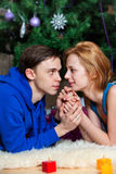 Le jeune couple célèbre Noël Photographie stock libre de droits