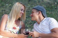 Le jeune couple dans l'amour détend et apprécie la nature Photos libres de droits
