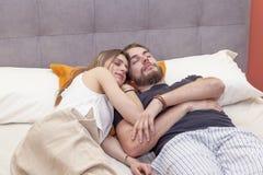 Le jeune couple dans l'amour dort encore pendant le matin Photo libre de droits