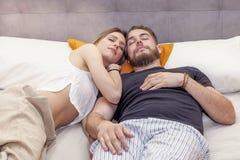 Le jeune couple dans l'amour dort encore pendant le matin Images libres de droits