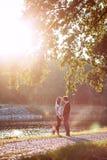 Le jeune couple dans l'amour marche en nature Photo libre de droits
