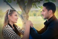 Le jeune couple dans l'amour regardant dans le chaque des other's observe Photo libre de droits