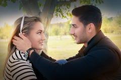 Le jeune couple dans l'amour regardant dans le chaque des other's observe Photo stock