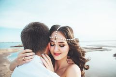 Le jeune couple dans l'amour se repose ensemble près du lac et les montagnes, la belle femme caucasienne et l'homme étaient amour Photo stock
