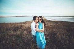 Le jeune couple dans l'amour se repose ensemble près du lac et les montagnes, la belle femme caucasienne et l'homme étaient amour Photos stock