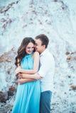 Le jeune couple dans l'amour se repose ensemble près du lac et les montagnes, la belle femme caucasienne et l'homme étaient amour Photographie stock