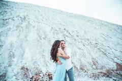 Le jeune couple dans l'amour se repose ensemble près du lac et les montagnes, la belle femme caucasienne et l'homme étaient amour Photographie stock libre de droits