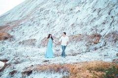 Le jeune couple dans l'amour se repose ensemble près du lac et les montagnes, la belle femme caucasienne et l'homme étaient amour Image stock