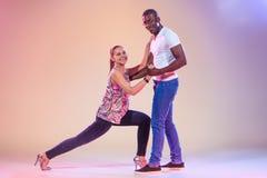 Le jeune couple danse le Salsa des Caraïbes social, tir de studio Photo libre de droits