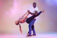 Le jeune couple danse le Salsa des Caraïbes social, tir de studio Images stock