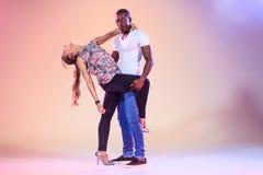 Le jeune couple danse le Salsa des Caraïbes social, tir de studio Images libres de droits