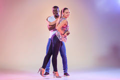 Le jeune couple danse le Salsa des Caraïbes social, tir de studio Image libre de droits