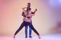 Le jeune couple danse le Salsa des Caraïbes social, tir de studio Photos stock