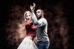 Le jeune couple danse le Salsa des Caraïbes photos libres de droits