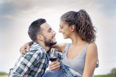 Le jeune couple des amants grille dans leur vignoble Photo stock