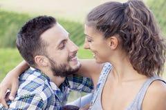 Le jeune couple des amants grille dans leur vignoble Images libres de droits