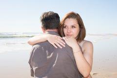 le jeune couple embrasse avec amour pendant les vacances d'été au bord de la mer Image stock