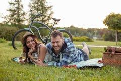 Le jeune couple gai détend dans la nature Image libre de droits