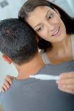 Le jeune couple heureux découvrant résulte essai de grossesse photos libres de droits