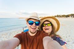 Le jeune couple heureux dans l'amour prend le portrait de selfie sur la plage en Chypre Les jolis touristes font les photos drôle Photos libres de droits