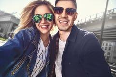Le jeune couple heureux dans l'amour prend un portrait de selfie Photographie stock