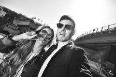 Le jeune couple heureux dans l'amour prend un portrait de selfie photos stock
