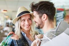 Le jeune couple heureux flirte tout en faisant des emplettes Photographie stock libre de droits