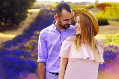 Le jeune couple heureux mignon dans l'amour dans un domaine de lavande fleurit Appréciez un moment de bonheur et d'amour dans un  Photos libres de droits