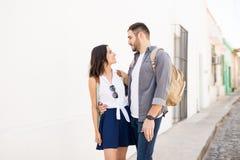 Le jeune couple heureux regardant dans chaque autres observe image stock