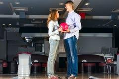 Le jeune couple joue au bowling Image libre de droits