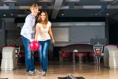 Le jeune couple joue au bowling Photos libres de droits