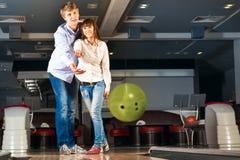 Le jeune couple joue au bowling Photos stock