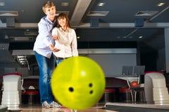 Le jeune couple joue au bowling Image stock